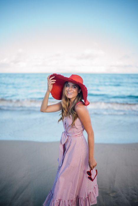 sombrero rojo de ala ancha verano