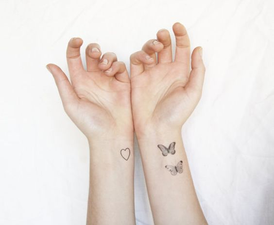 tatuaje con grupo de mariposas en muneca