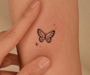 tatuaje con mariposas pequena en brazo