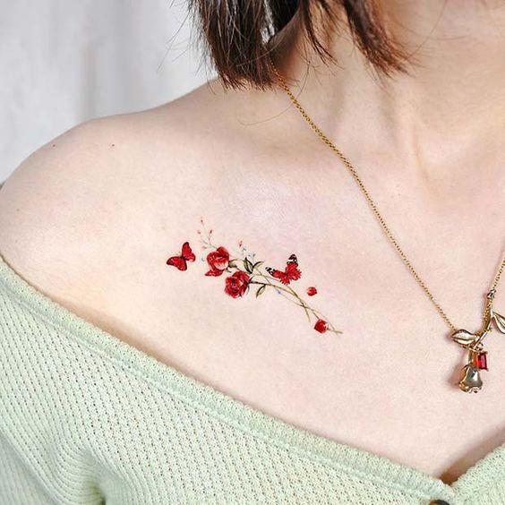 tatuaje con mariposas y rosas rojas