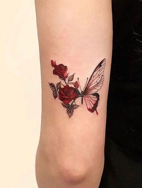 tatuaje con mariposas y rosas