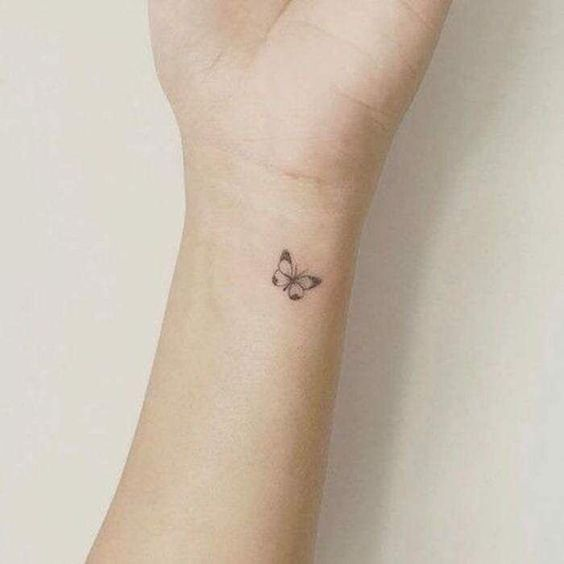 tatuaje con riposa en blanco y negr en muneca