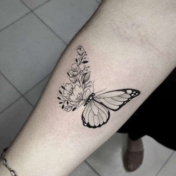 tatuaje de mariposa con flores