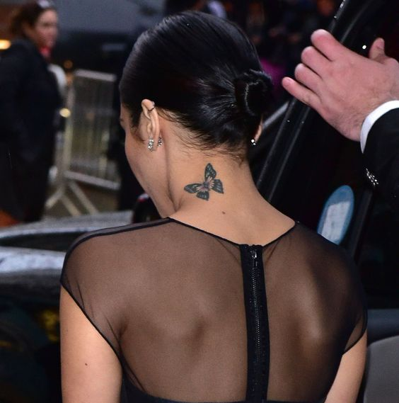 tatuaje de mariposa grande en cuello