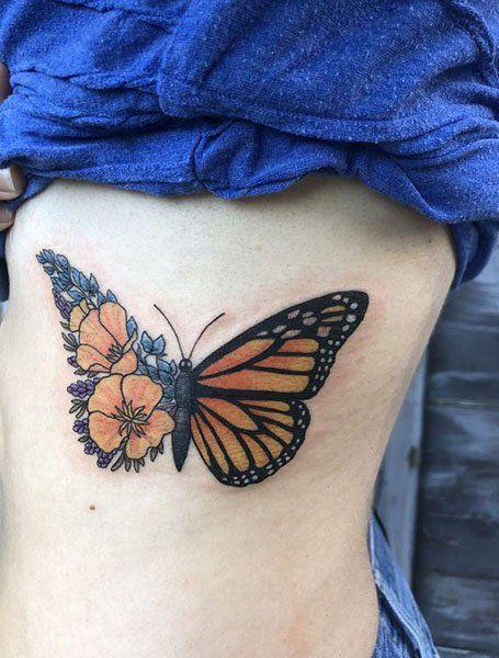 tatuaje de mariposa monarca con flores
