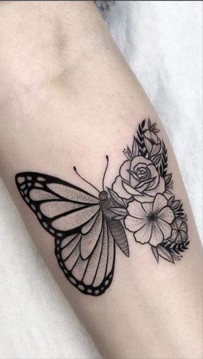 tatuaje para mujer con mariposas y flores
