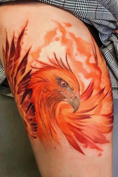 Tatuaje ave fenix fuego en brazo