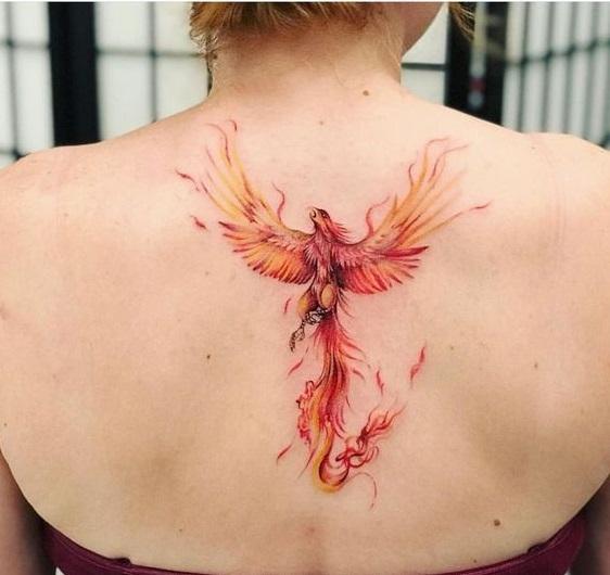 Tatuaje ave fenix fuego en espalda mujer