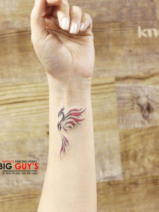 Tatuaje ave fenix pequeno de color
