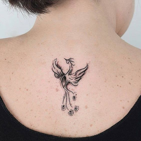 Tatuaje ave fenix pequeno en espalda