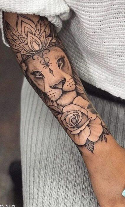 Tatuaje en parte exterior antebrazo leon