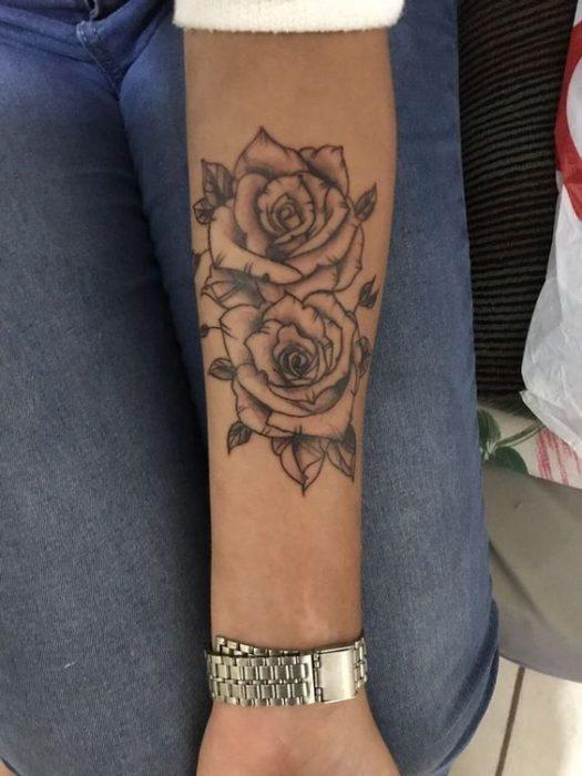 Tatuaje en parte interior antebrazo rosas