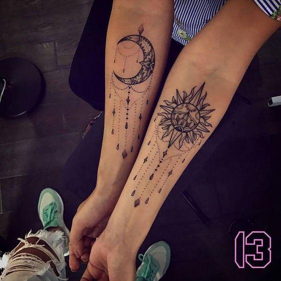 Tatuaje en parte interior antebrazo sol y luna