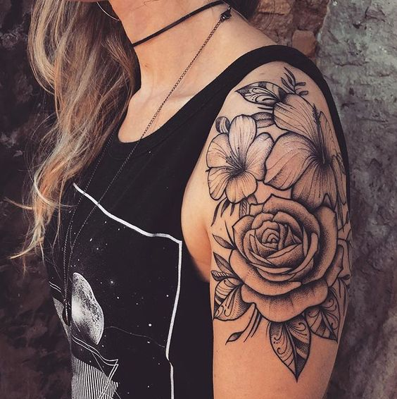 Tatuaje en parte superior del brazo Rosas