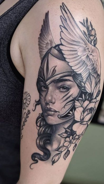 Tatuaje en parte superior del brazo diosa