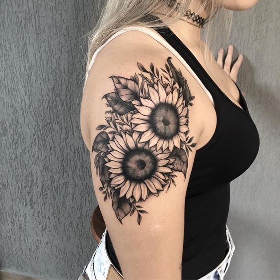 Tatuaje en parte superior del brazo girasoles