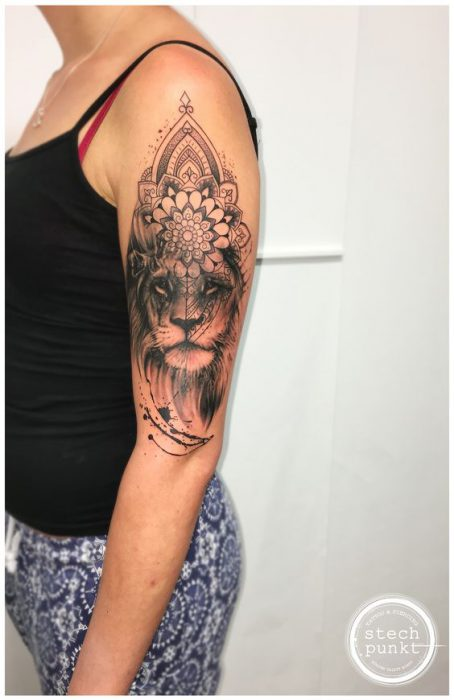 Tatuaje en parte superior del brazo leon