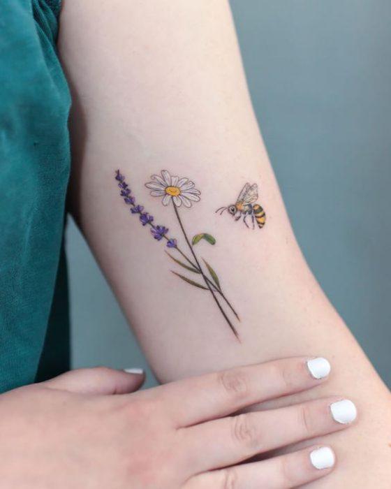 Tatuajes simples para el brazo Mujer flor y abeja