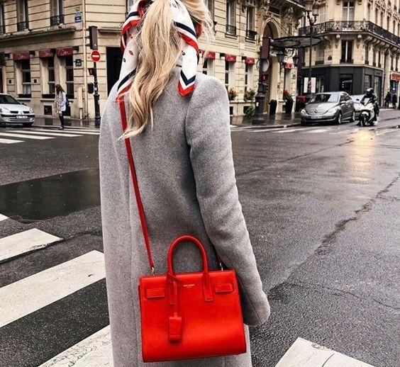 abrigo gris con cartera roja