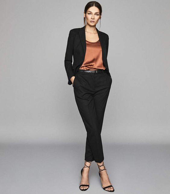 blacer negro con blusa de seda