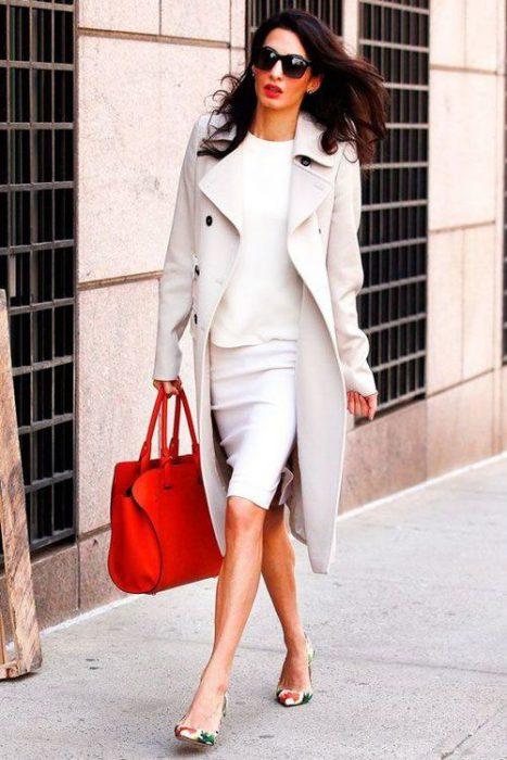 blanco total con cartera roja oficina