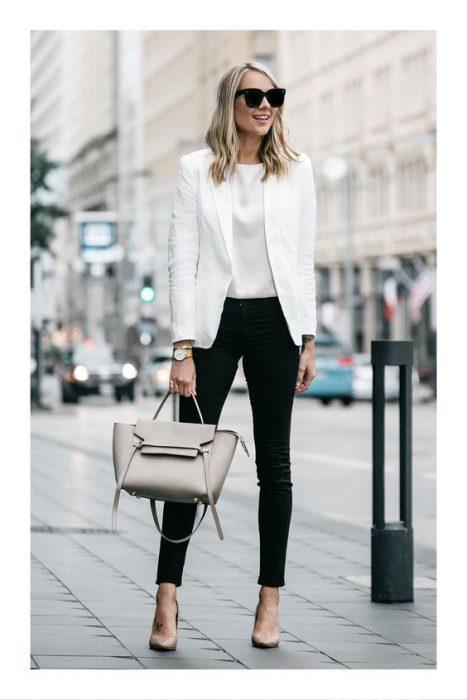 blazer blanco y jeans negro para la oficina 1