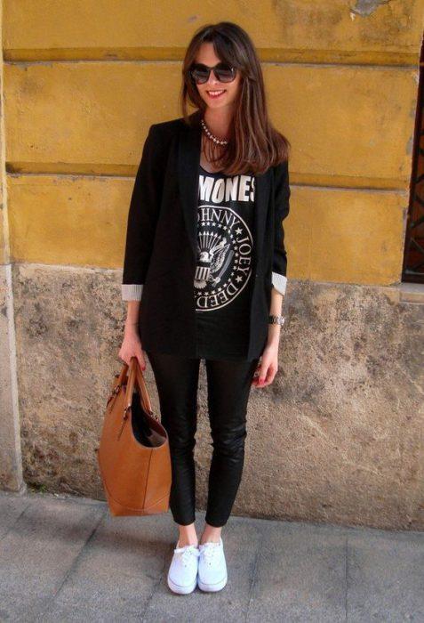 blazer negro calza y zapatillas