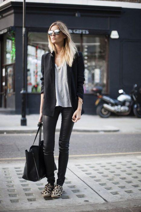 blazer negro con blusa algodon y calza