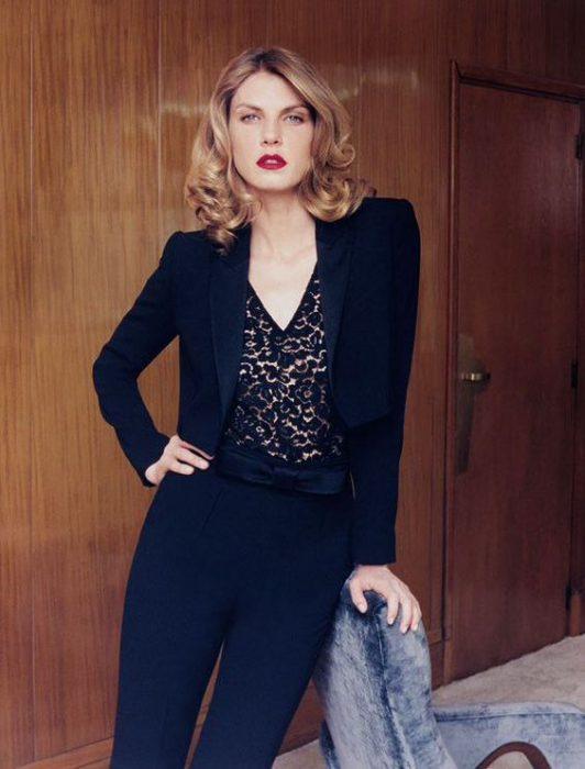 blazer negro y blusa de encaje