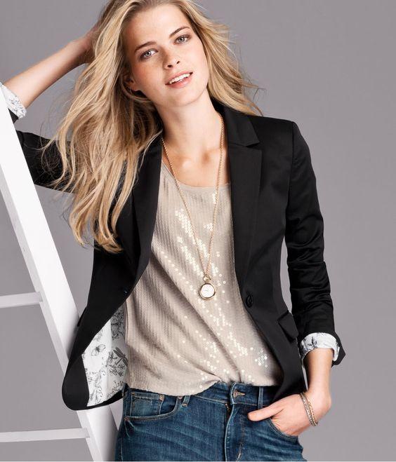 blazer negro y blusa de lentejuelas
