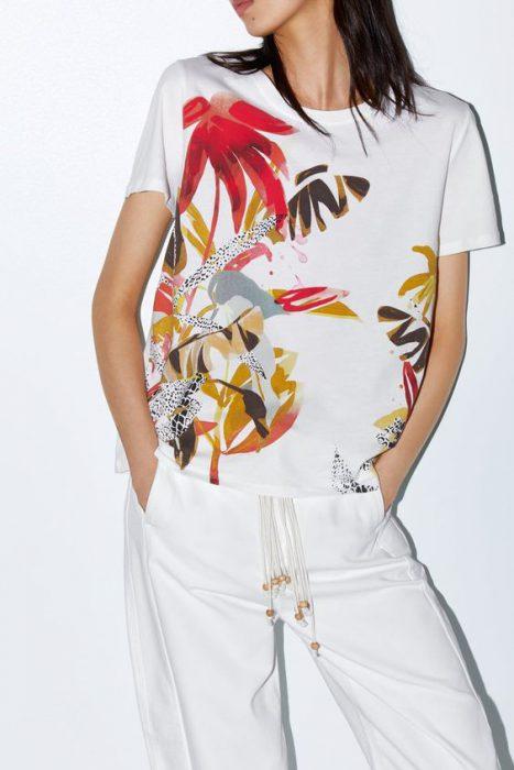 blusa estampada con pantalon blanco primavera