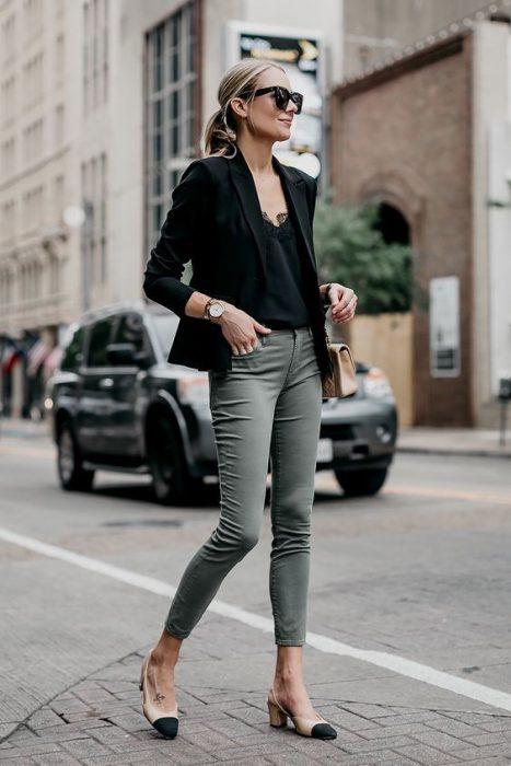 blusa lencera y blazer negro
