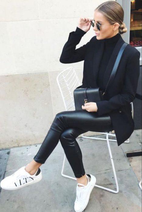 calza polera y blazer negro con zapatillas