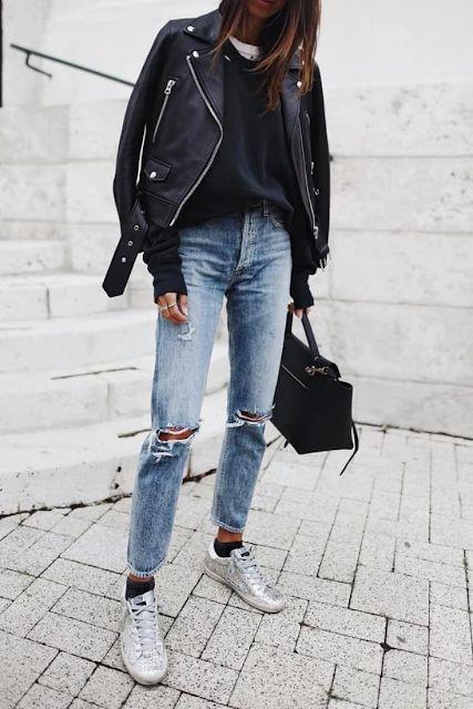 campera de cuero sweater y jeans claro