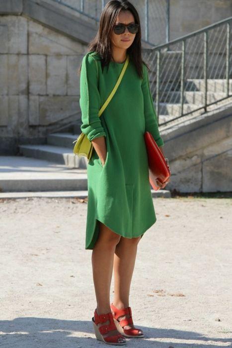 cartera sobre roja y vestido verde