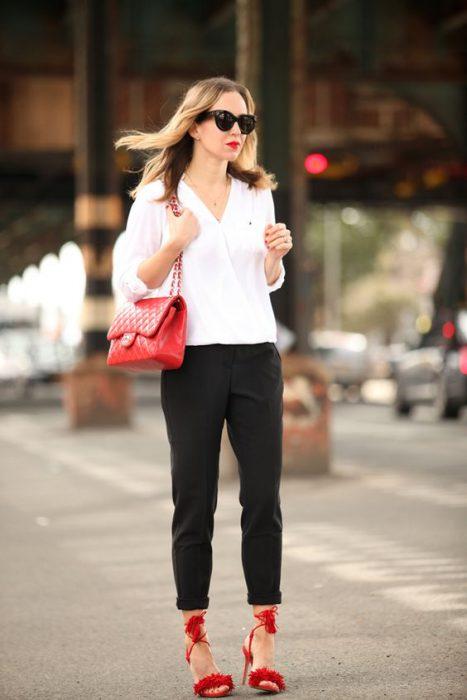 cartera y zapatos rojos