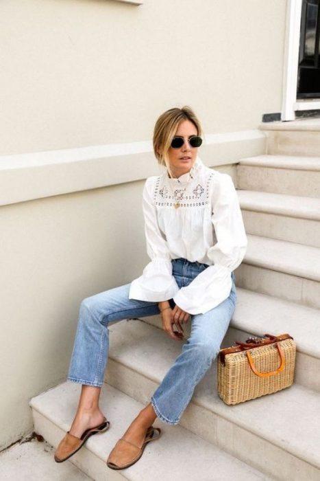 jeans claro y blusa look semi formal