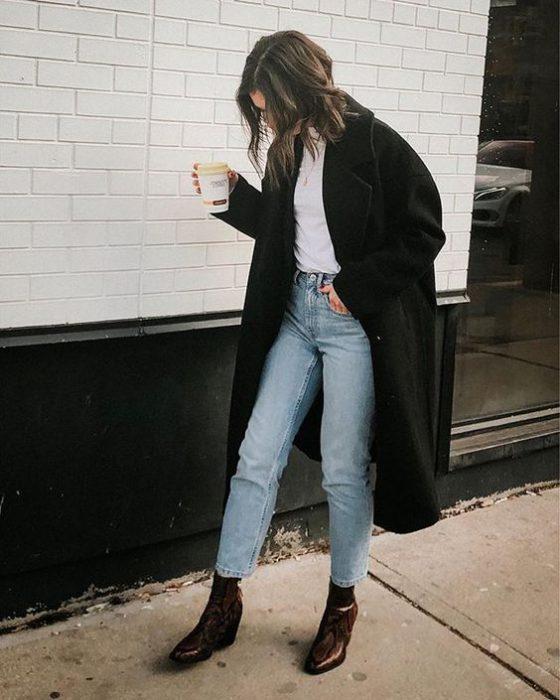 jeans claro y tapado negro invierno 1