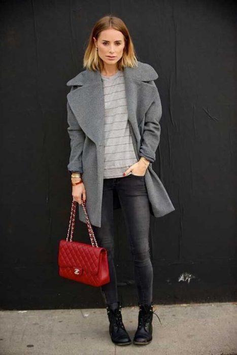 jeans y tapado gris con cartera roja