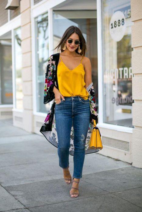 look de primavera con jeans y kimono
