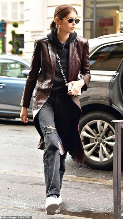 look urbano casual con tapado de cuero midi