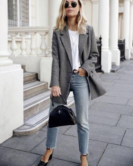look urbano con jeans claro y blazer de pano
