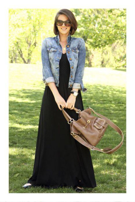 maxi vestido negro con campera denim