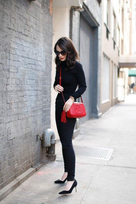 negro total con cartera roja