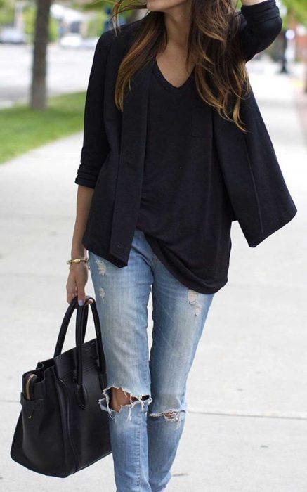 outfit informal con jeans y blazer negro