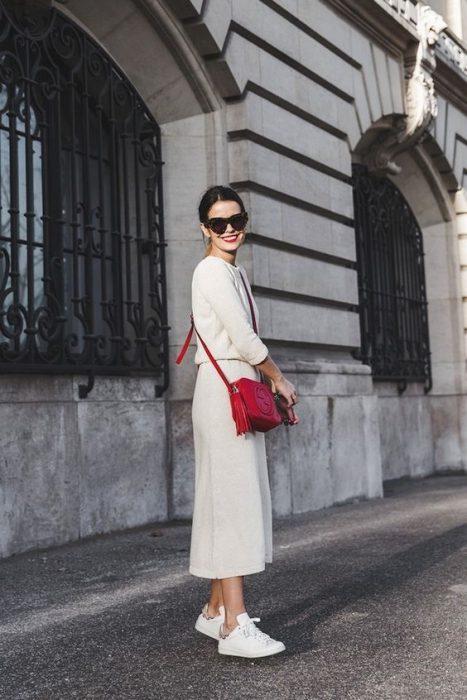 panta court y sweater blanco con cartera roja