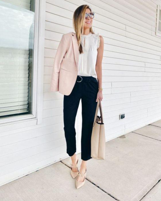 pantalon de vestir negro y blazer rosa