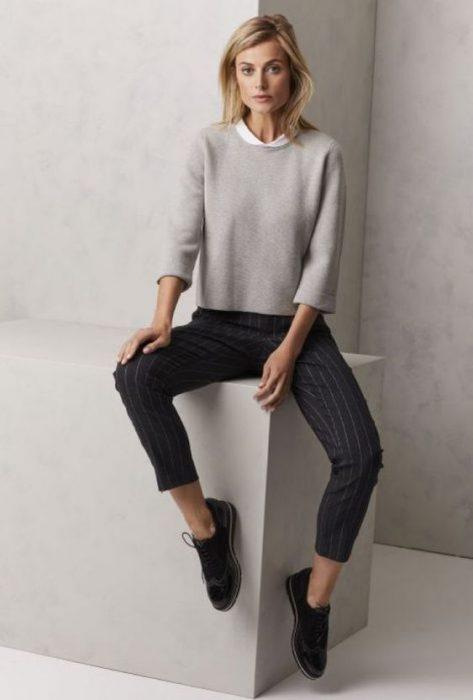 pantalon de vestir sweater y mocasines mujer