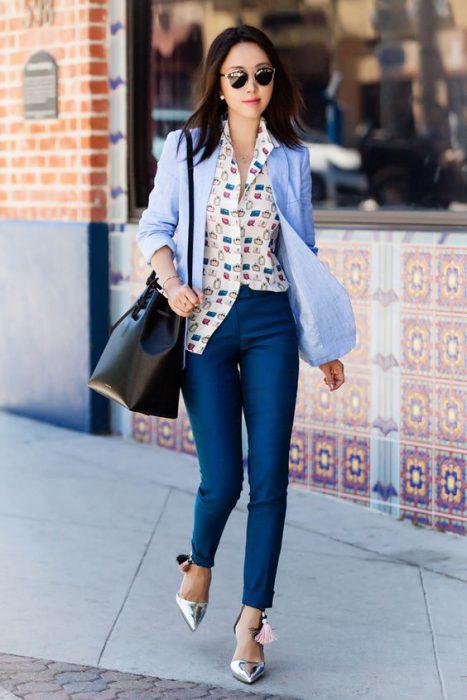 pantalon recto con blazer y camisa estampada