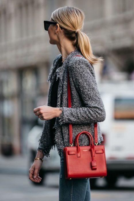 saquito gris con cartera roja